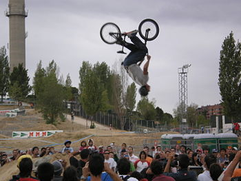 English: A biker making a backflip. Español: U...
