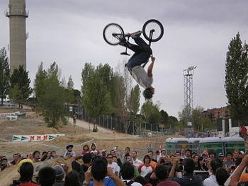 English: A biker making a backflip. Español: U...
